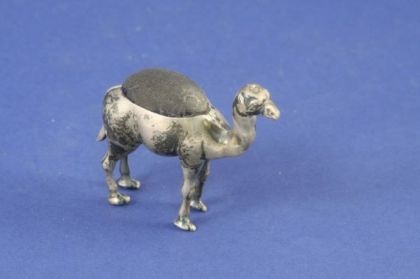 1476: An Edwardian silver camel pin cushion, 2.25ins