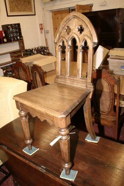 1124: A Victorian oak gothic style hall chair,