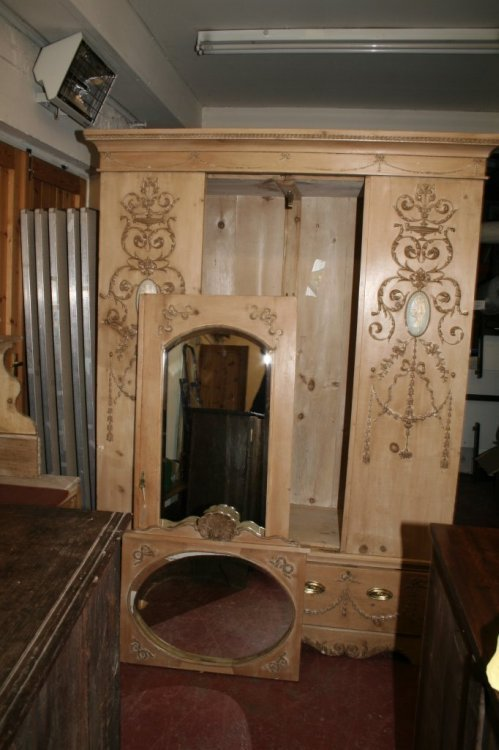 608: A late Victorian pine three piece bedroom suite,