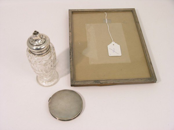 1334: A George V silver mounted photograph frame,