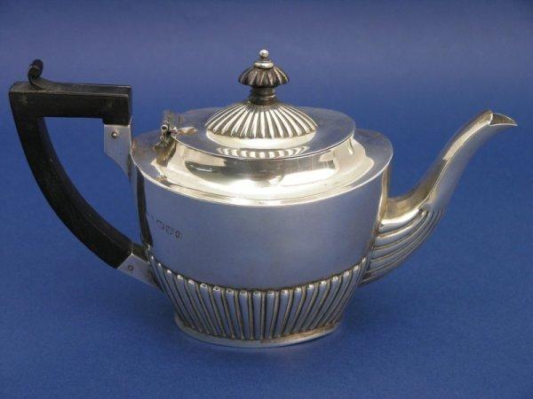 1246: A Victorian silver teapot, gross 8oz