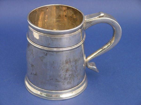 1261: A Queen Anne Britannia silver mug, 8oz, 4.5ins
