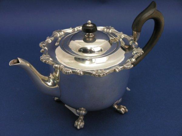 1263: An Edwardian silver tea pot, gross 18oz