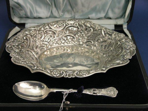 1267: An Edwardian cased silver presentation dish, 11oz