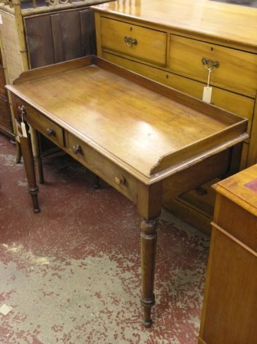 574: A Victorian mahogany side table, 3ft 6ins