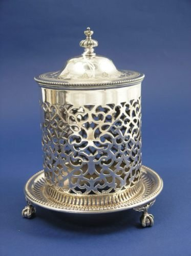 1141: A Victorian silver plated preserve holder and cov