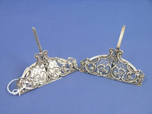 1145: A pair of late Victorian silver menu holders, 3in
