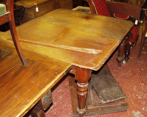1077: A Victorian mahogany extending dining table, exte