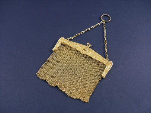 1638: A 9ct gold lady's mesh evening purse