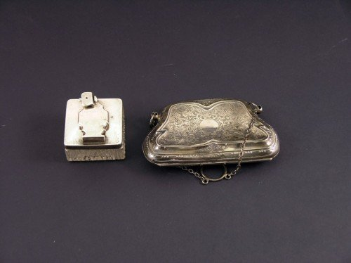 1645: A George V silver lady's evening purse & an inkwe