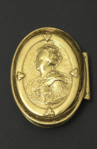 1647: An 18th century oval silver snuff box, 3.25ins