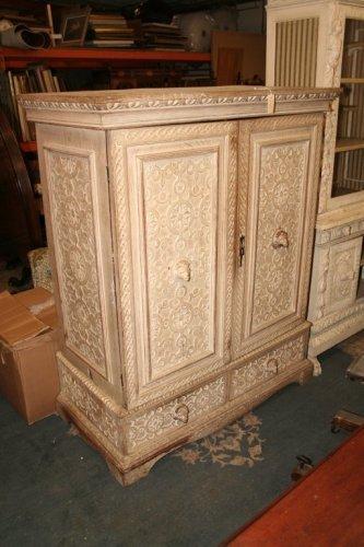 935: A limed oak linen press, 4ft 4ins