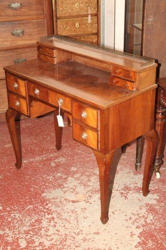 938: A reproduction mahogany desk, 3ft