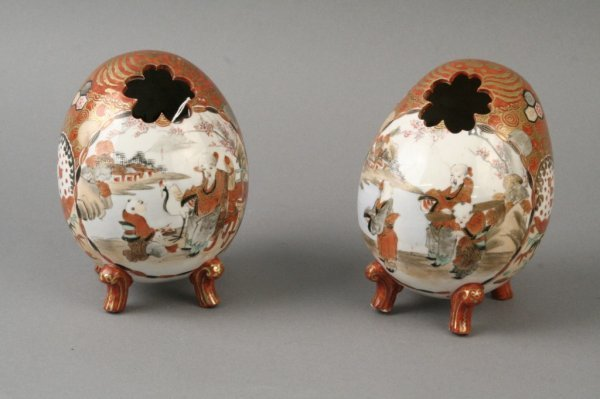 760: A pair of Kutani pot pourri eggs, 5.75in.