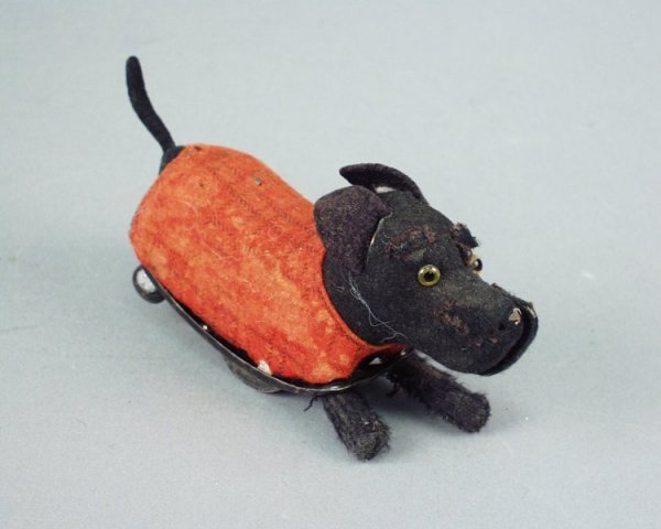 20: A Schuco tinplate and clockwork terrier, 5.5in.