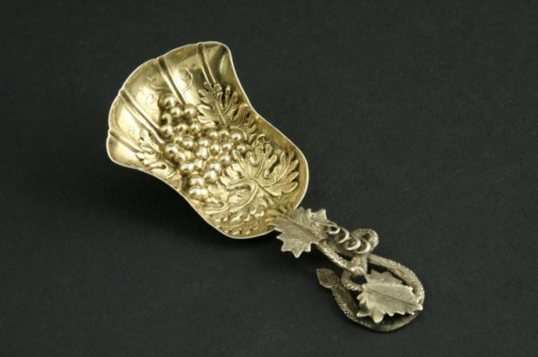 1584: A Victorian silver and parcel gilt caddy spoon, 3