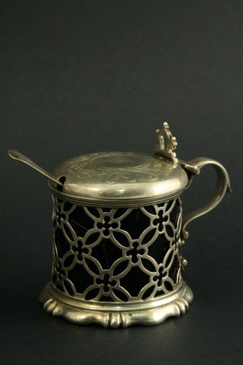 1602: A Victorian pierced silver drum mustard, 3.25ins