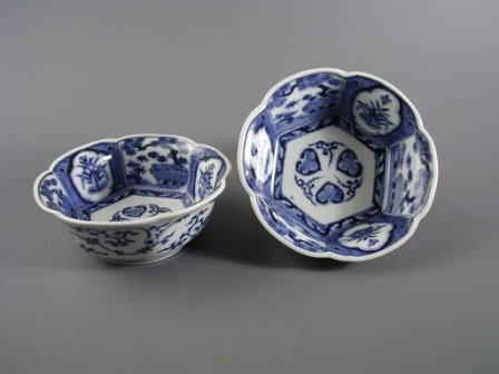 4: A PAIR OF CHINESE BLUE AND WHITE  underglaze bowls,