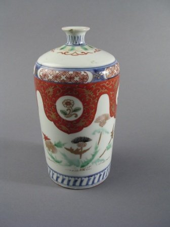 23: A JAPANESE IMARI VASE of cylindrical form with circ