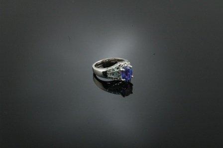 22: A 14K WHITE GOLD, TANZANITE AND DIAMOND lady's ring