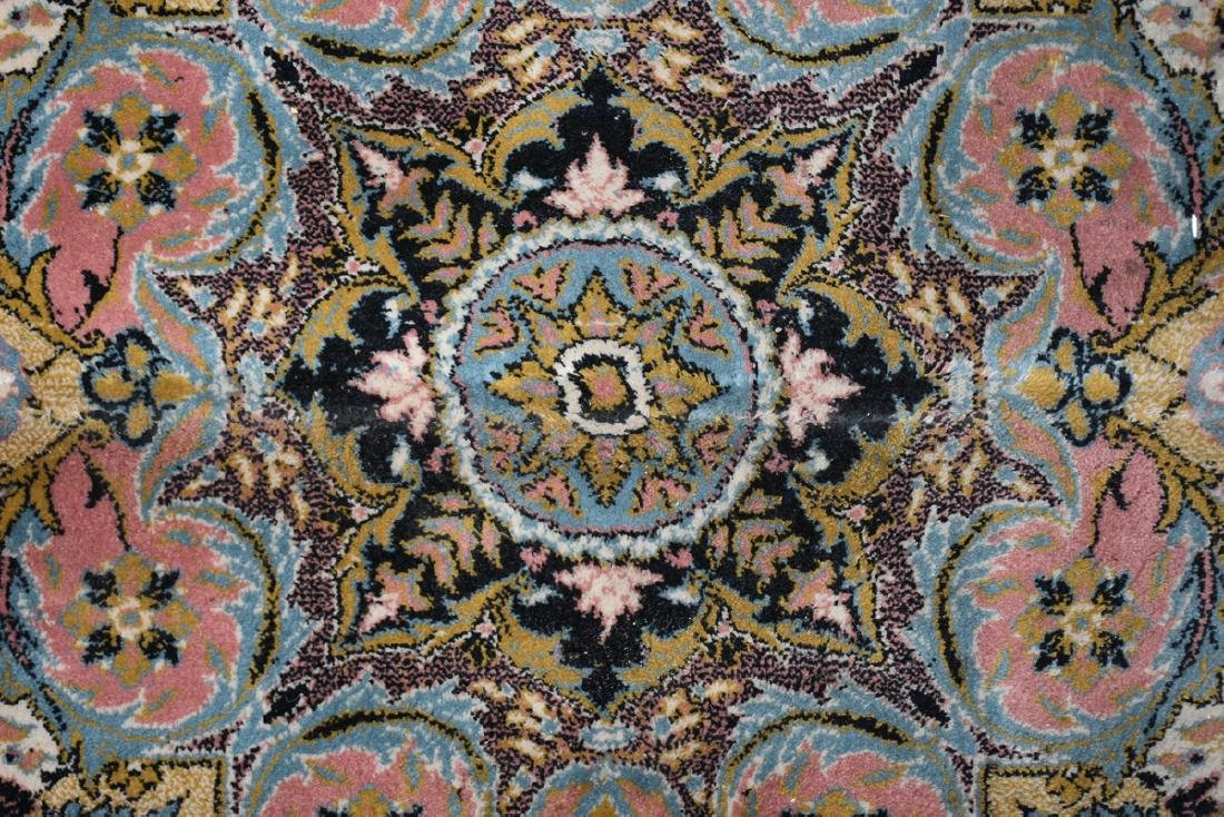 A SAROUK STYLE MACHINE WOVEN WOOL/ACRYLIC BLEND RUG, - 11