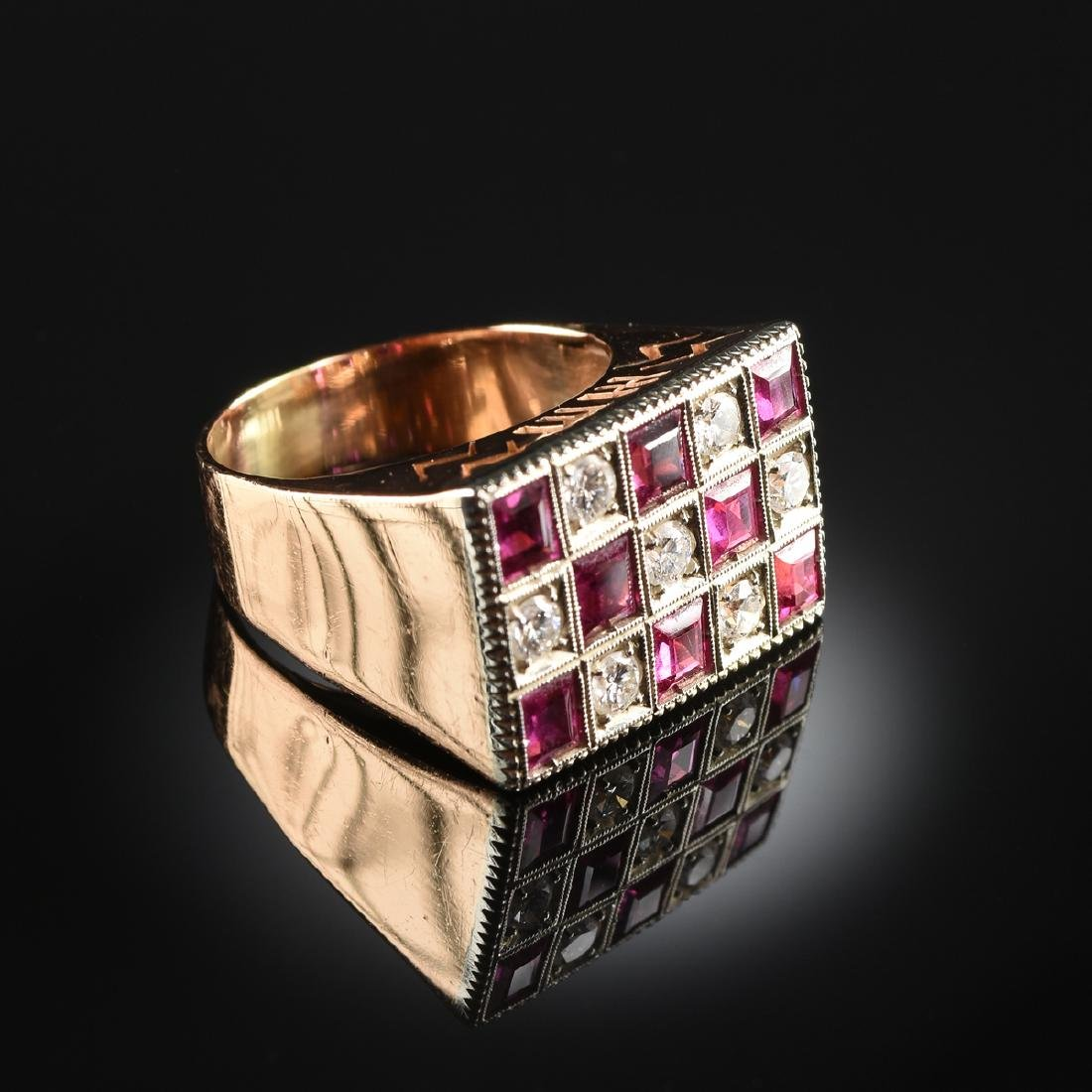 A GENTLEMAN'S 18K YELLOW GOLD, DIAMOND, AND RUBY RING,