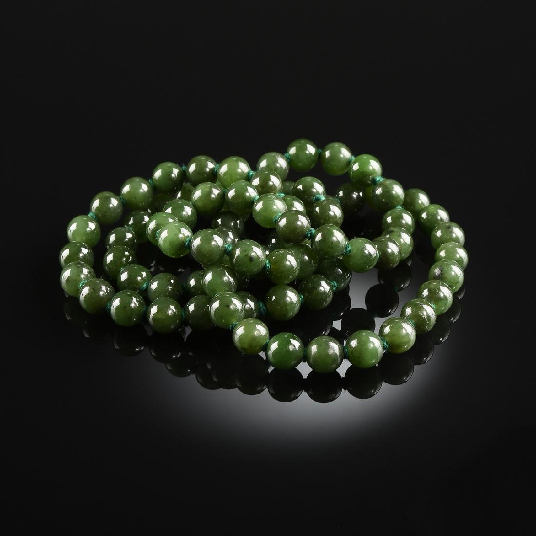 A LADY'S CONTINUOUS STRAND OF JADE NECKLACE, MODERN,