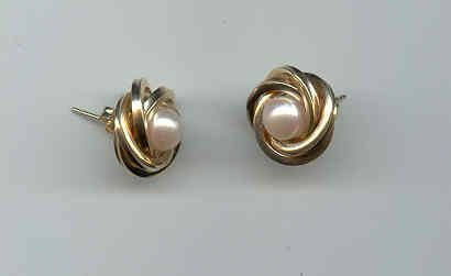 24: A PAIR OF 14K YELLOW GOLD AND PEARL lady's earrings
