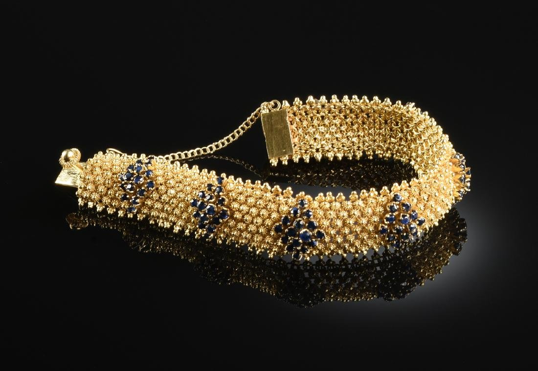 AN 18K YELLOW GOLD AND SAPPHIRE LADY'S BRACELET,