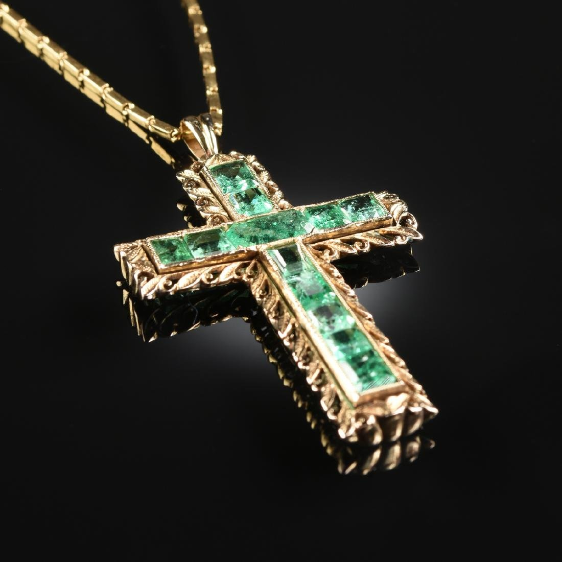 AN 18K YELLOW GOLD AND EMERALD CROSS LADY'S PENDANT,