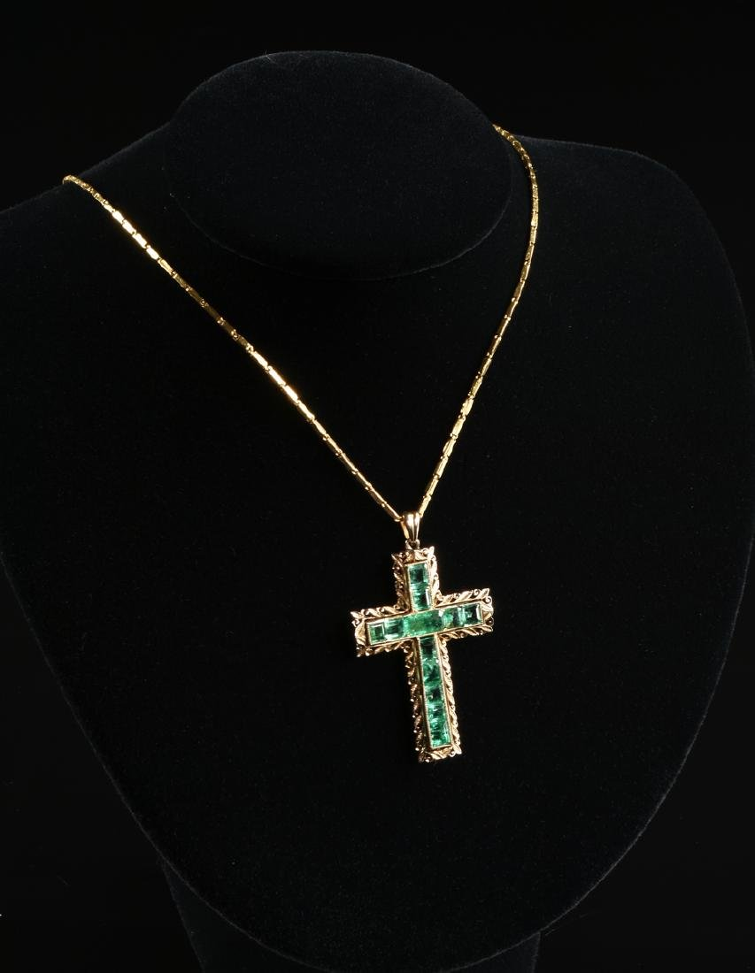 AN 18K YELLOW GOLD AND EMERALD CROSS LADY'S PENDANT, - 3