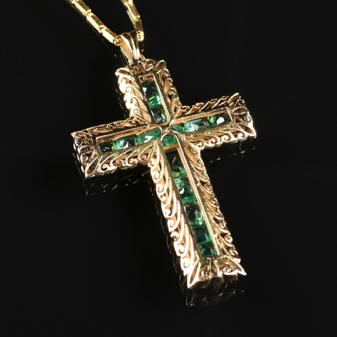 AN 18K YELLOW GOLD AND EMERALD CROSS LADY'S PENDANT, - 4