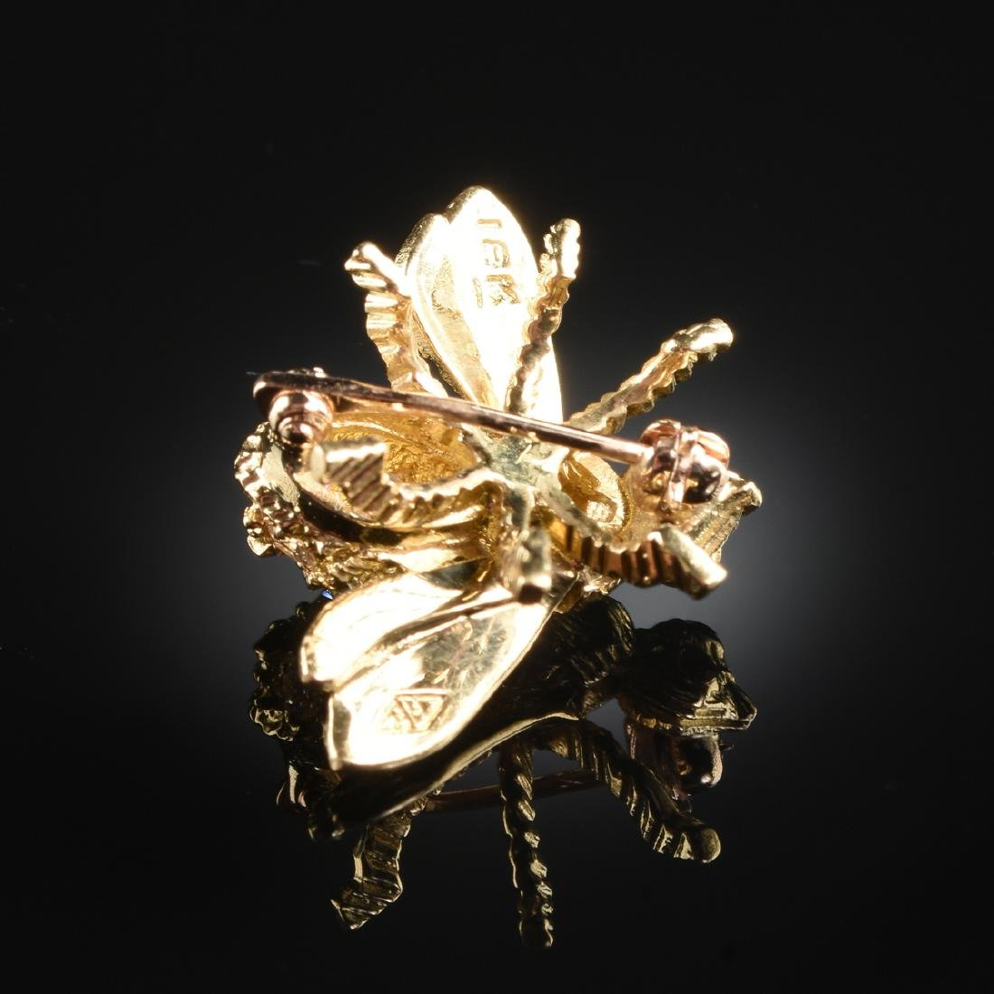 AN 18K YELLOW GOLD AND DIAMOND LADY'S BEE BROOCH, - 2
