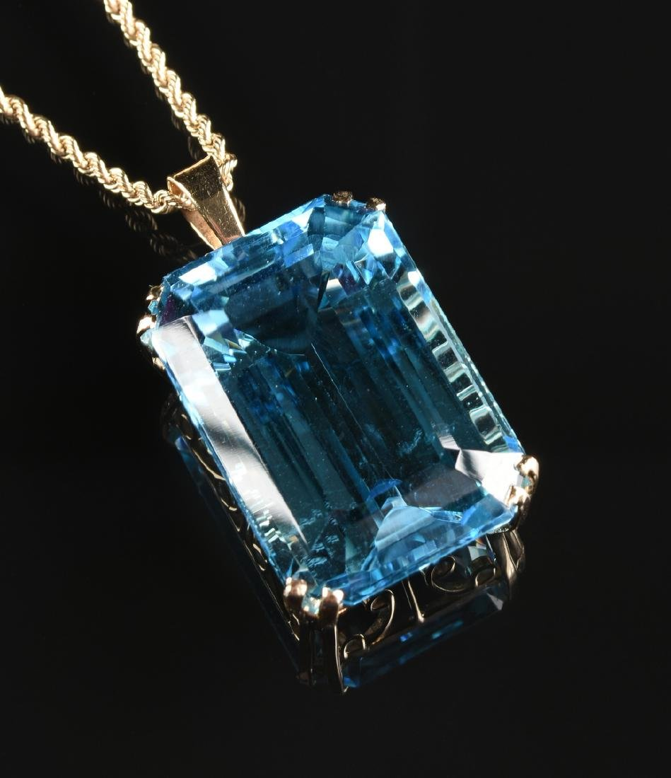 A 14K YELLOW GOLD AND BLUE TOPAZ LADY'S PENDANT, - 2