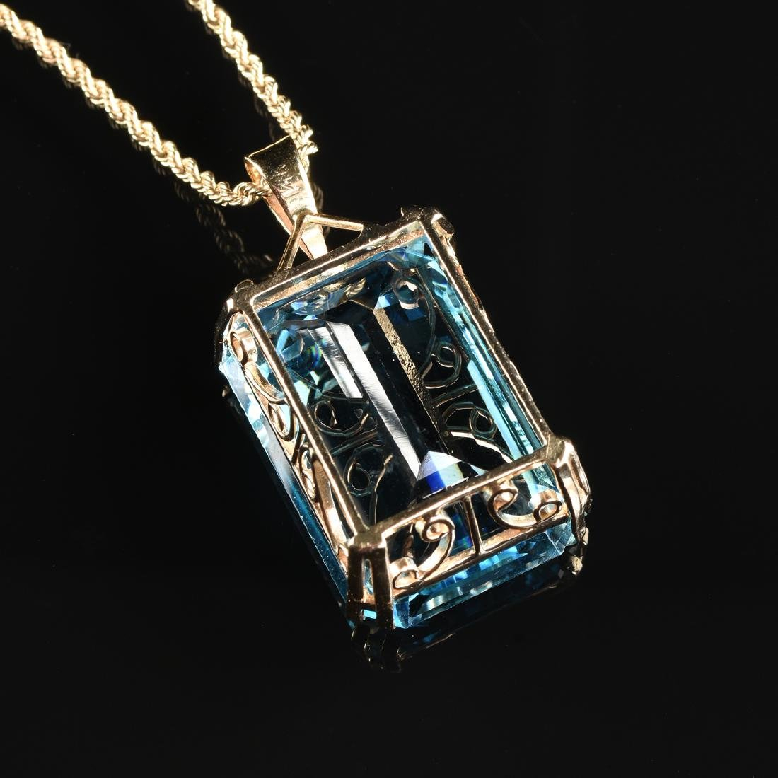 A 14K YELLOW GOLD AND BLUE TOPAZ LADY'S PENDANT, - 3