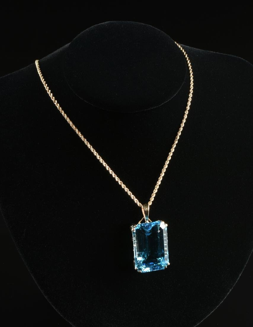A 14K YELLOW GOLD AND BLUE TOPAZ LADY'S PENDANT, - 4