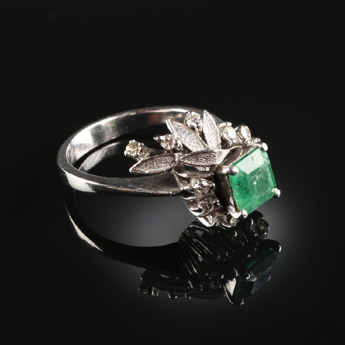 A PLATINUM EMERALD AND DIAMOND LADY'S RING,