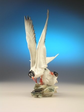 17: A HUTCHENREUTHER PORCELAIN GROUP OF SEAGULLS by Gun