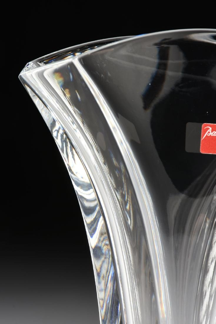 A CASED BACCARAT BLOW MOLDED SMALL CRYSTAL VASE IN THE - 4