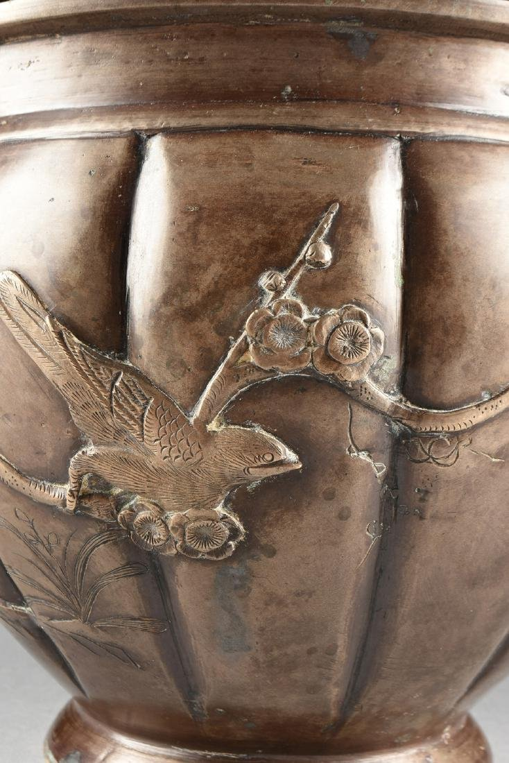 A JAPANESE LATE MEIJI PERIOD BRONZE URN WITH APPLIED - 7