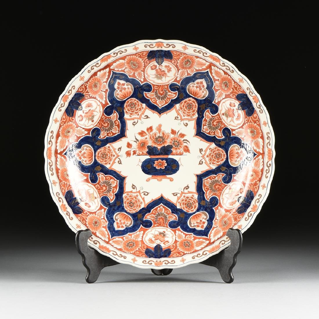 A ROYAL DELFT IMARI STYLE PARCEL GILT ENAMELED CHARGER,