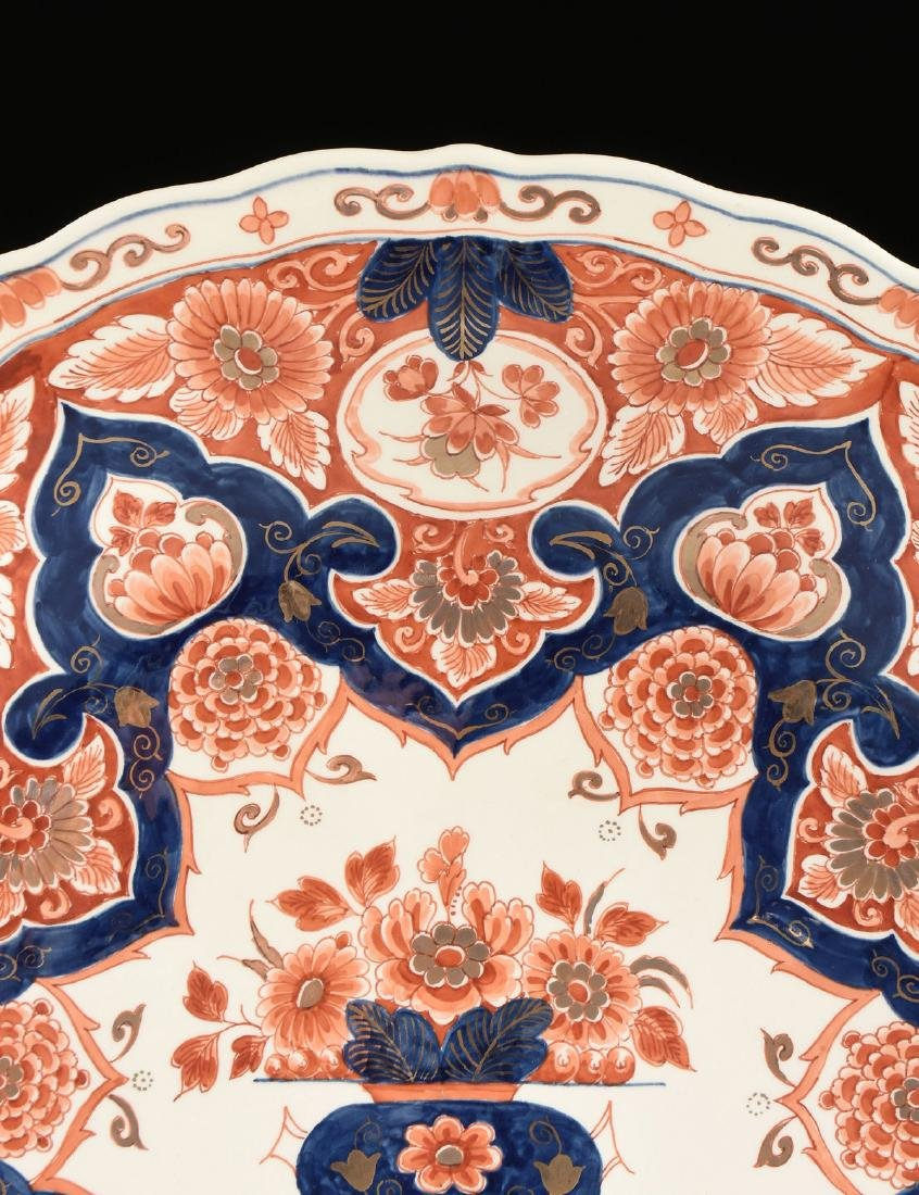 A ROYAL DELFT IMARI STYLE PARCEL GILT ENAMELED CHARGER, - 4