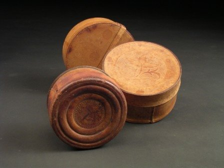 13: A GROUP OF THREE EARLY 20TH CENTURY LEATHER TRAVELI