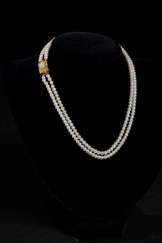 8: A 14K YELLOW GOLD AND PEARL LADY'S NECKLACE comprisi