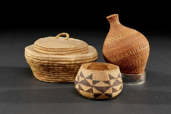 16: A GROUP OF THREE NATIVE AMERICAN INDIAN BASKETS com