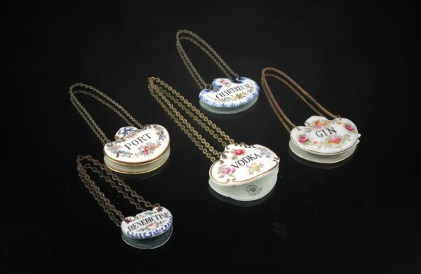4: A GROUP OF FIVE CONTINENTAL PORCELAIN AND ENAMEL DEC