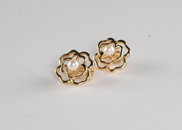 8: A PAIR OF 14K YELLOW GOLD AND PEARL LADY'S EARRINGS,