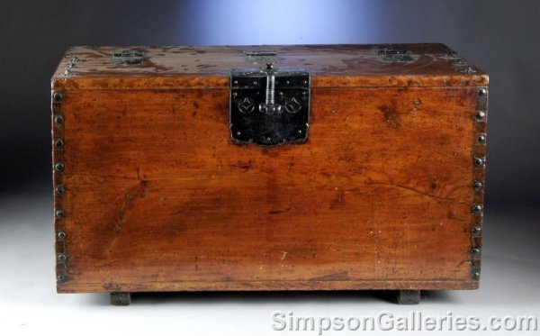 10: A CHINESE FORGED IRON MOUNTED PINE CHEST, 19th cent