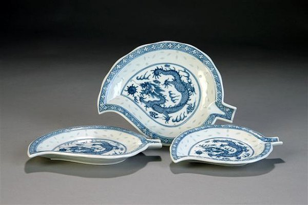 144: A CHINESE BLUE AND WHITE PORCELAIN LEAF FORM DISH,