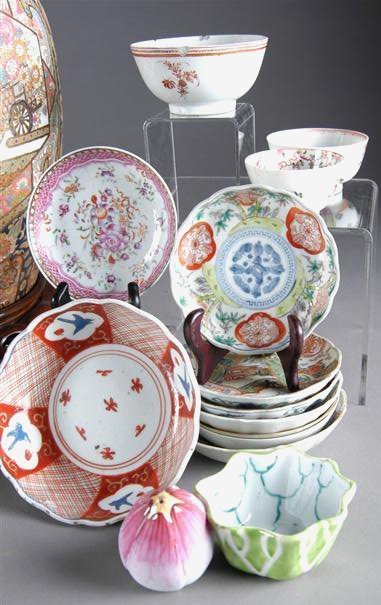 24: A GROUP OF THIRTEEN CHINESE PAINTED PORCELAIN WARES